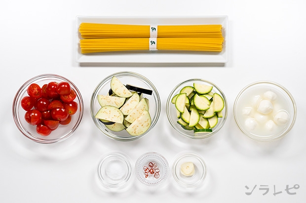 夏野菜とモッツァレラチーズのペペロンチーノの材料
