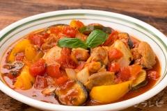 夏野菜とチキンのトマトバジル煮