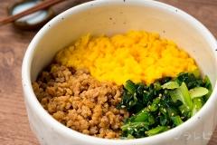 小松菜とそぼろの三色丼